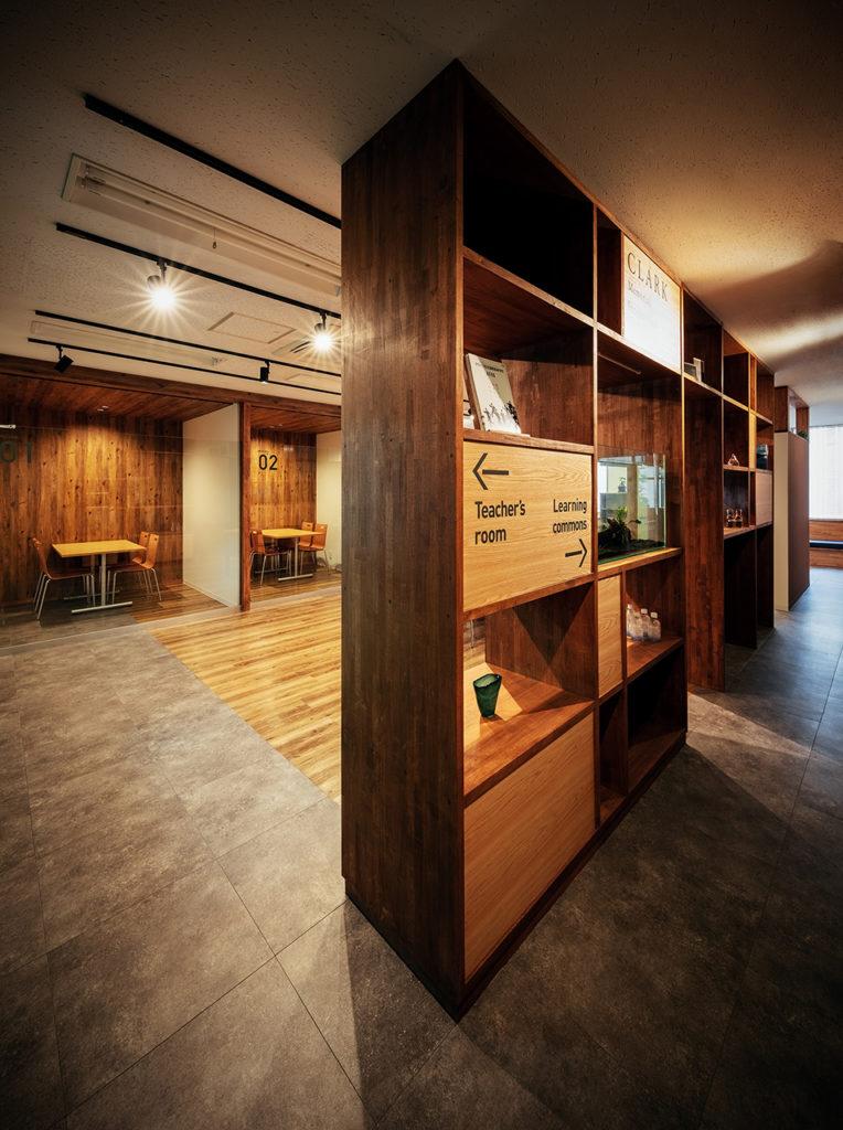 スペースを家具で仕切る