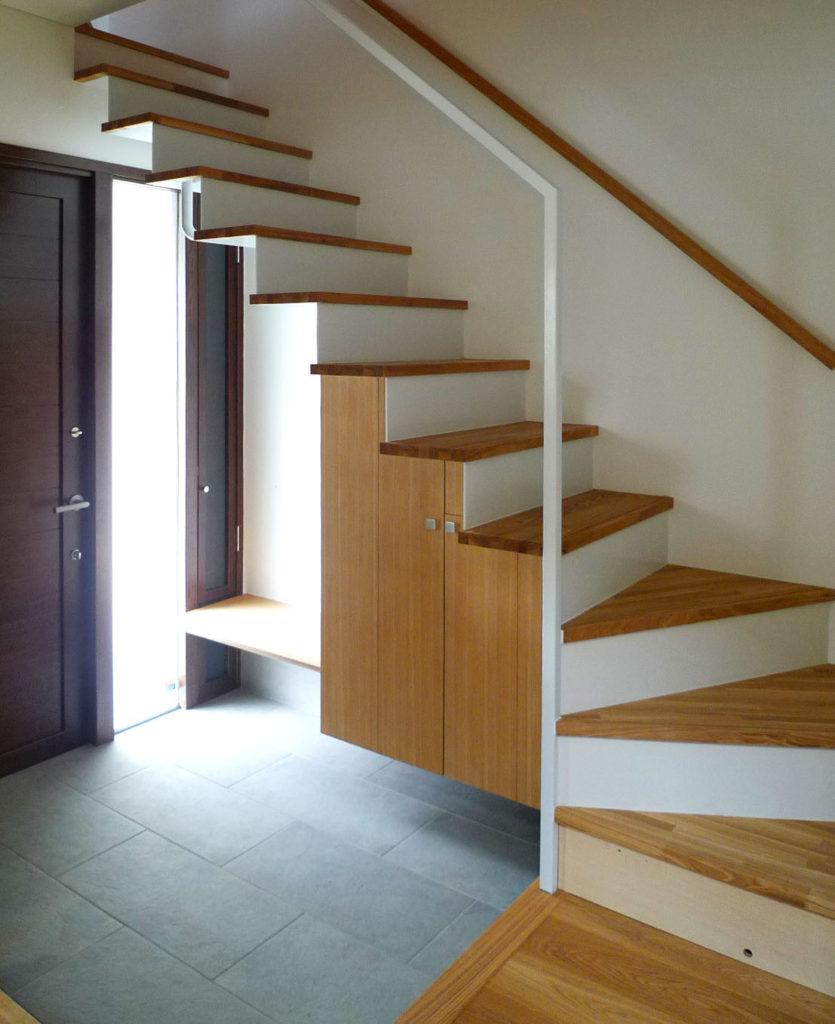 玄関にある階段下の有効利用